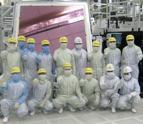На фоне LCD-субстрата 8-го поколения