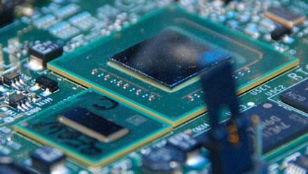 Intel Atom (ниже) и чипсет US15W (выше)