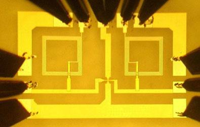 Графеновый чип IBM: две алюминиевые катушки индуктивности и транзистор с каналом из графена