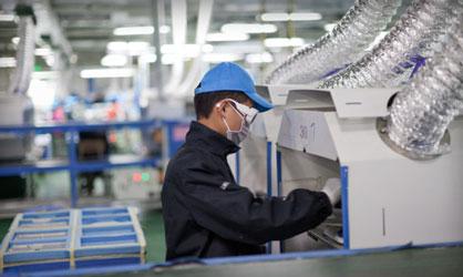 Рабочий на заводе Foxconn в Чэнду (фото Apple)