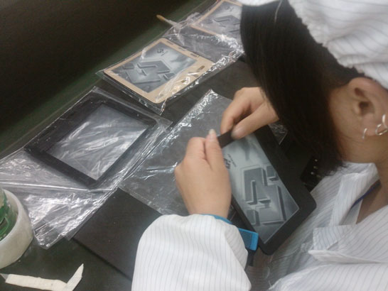 Сборка букридеров на гибких пластиковых экранах (фото WEXLER)
