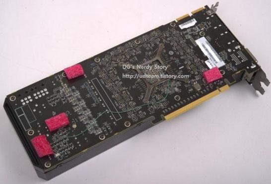 Обратная сторона монтажной платы AMD Hawaii