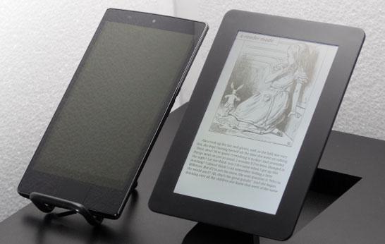 Для сравнения, освещённые солнцем и включенные экраны: слева планшет с обычным LCD-экраном, справа — с экраном MEMS-IGZO