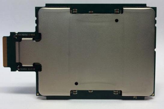 Ускоритель Intel Knights Landing под теплораспределительной крышкой. Отросток слева — контроллер Omni-Path.