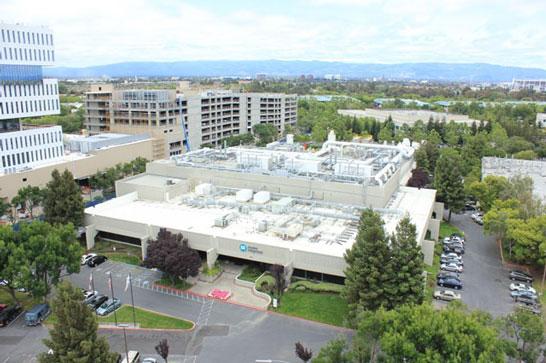 Завод Apple (по центру) находится по соседству с комплексом Samsung (с левой стороны на фото)