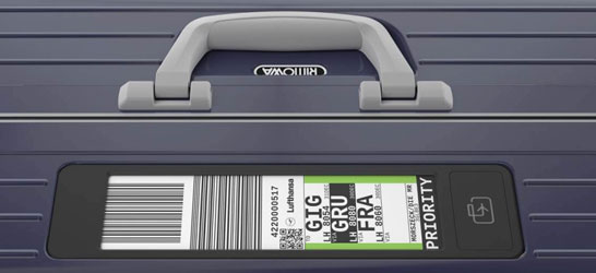 Ярлык с экраном E Ink на багаже Rimowa