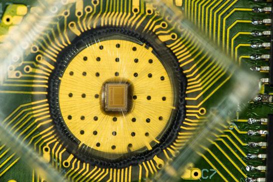 Опытная микросхема памяти PCM компании IBM с возможностью записи в ячейку трёх бит данных