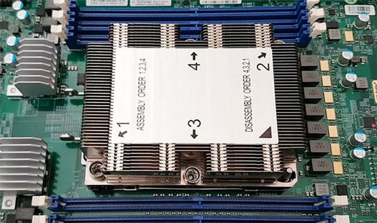 Процессор Intel Xeon Phi в разъёме LGA 3647