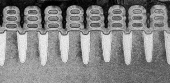 Изображение серии транзисторов с каналами в виде наностраниц, окружённых со всех сторон затворами