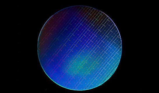 300-мм кремниевая пластина Intel с тысячами квантовых процессоров (массивов) со спиновыми кубитами